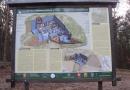 Stawianie tablic na Dąbrowieckiej Górze
